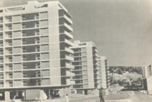 "Fachadas poente dos blocos na Avenida dos Estados Unidos, Lisboa. Arquitectos Pedro Cid, Manuel Laginha e João Esteves. In ""Arquitectura"" (director: Arquitecto Frederico Sant'Ana), n.º 61, Dezembro 1957, pp. 17-24."