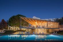 A piscina e um dos edifícios exteriores do Ozadi Tavira Hotel, cuja renovação valeu o prémio FAD a Pedro Campos Costa