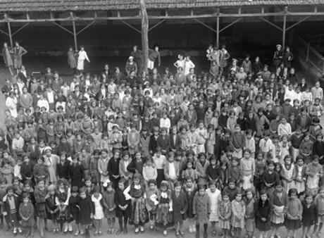 Alunas e professoras na Escola Primária de Santa Luzia, década de 1920